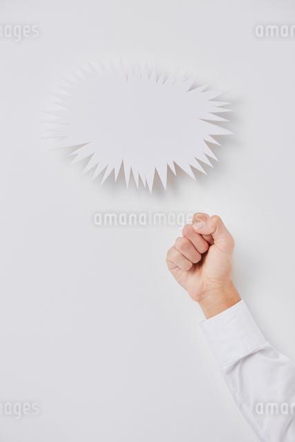ギザギザの吹き出しと握りこぶしの写真素材 [FYI02466124]