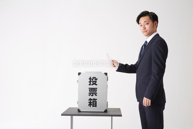 投票しようとするスーツを着た男性の写真素材 [FYI02466184]