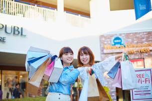 買い物をして歩く二人の女性の写真素材 [FYI02466191]
