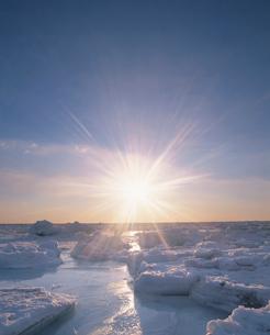 流氷と朝日の写真素材 [FYI02466366]