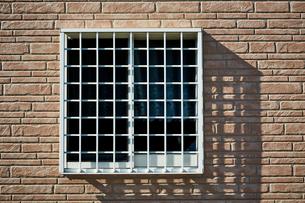 ピンクのレンガ壁の家の小窓の写真素材 [FYI02466421]