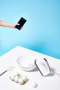 スマートフォンで調理時間を操作するの写真素材 [FYI02466423]