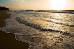 オアフ島ノースショアの夕暮れの写真素材 [FYI02466463]