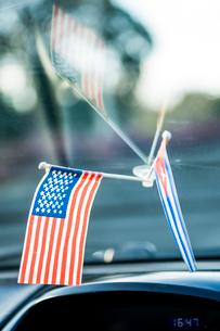 キューバのタクシー車内の国旗の写真素材 [FYI02466464]
