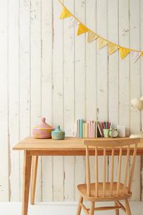 板壁の前に置かれたテーブルとその上にある学童用品の写真素材 [FYI02466474]