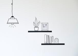 マスキングで作ったペンダントライトと棚の小物のイラスト素材 [FYI02466485]