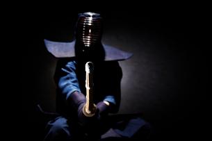 剣道の構えをする道着を着た男性の写真素材 [FYI02466504]