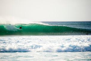 オアフ島ノースショアの大波の写真素材 [FYI02466513]