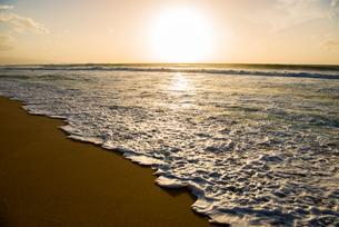 オアフ島ノースショアの夕暮れの写真素材 [FYI02466542]