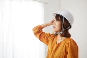 ヘルメットを被った女性の写真素材 [FYI02466543]