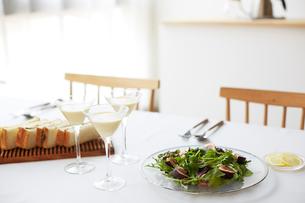 料理が並んだダイニングテーブルの写真素材 [FYI02466594]