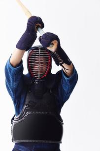 竹刀を振りかざす道着を着た男性の写真素材 [FYI02466609]