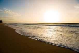 オアフ島ノースショアの夕暮れの写真素材 [FYI02466644]