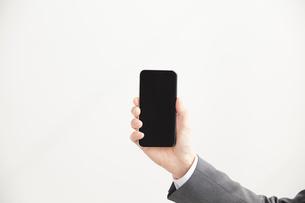 スマートフォンを持っているサラリーマンの手元の写真素材 [FYI02466655]