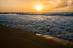 オアフ島ノースショアの夕暮れの写真素材 [FYI02466676]