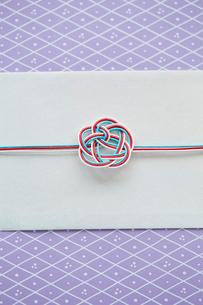薄紫の箱とのしと水引の飾りの写真素材 [FYI02466693]