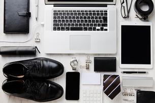 並べられたビジネス小物と複数のデバイスの写真素材 [FYI02466694]