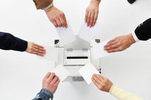 投票箱に投票する様々な人の手の写真素材 [FYI02466710]