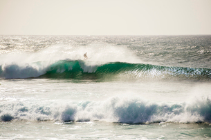 オアフ島ノースショアの大波の写真素材 [FYI02466718]