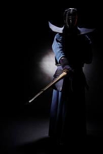 竹刀を振り下ろす道着を着た男性の写真素材 [FYI02466738]