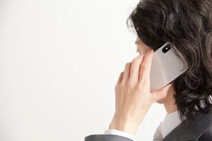 スマートフォンで電話をするサラリーマンの写真素材 [FYI02466786]
