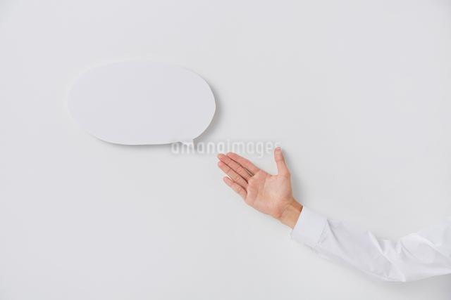 意見を表現した吹き出しと人の手の写真素材 [FYI02466839]