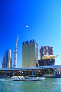 東京スカイツリーと飛行船と水上バスの写真素材 [FYI02466999]