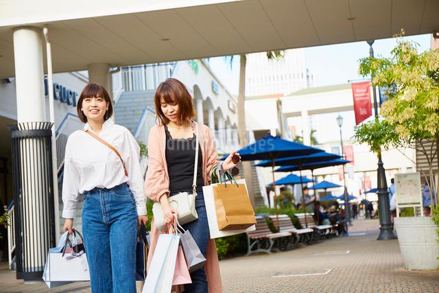 買い物をして歩く二人の女性の写真素材 [FYI02467055]