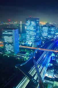 ベイエリアのビル群と東海道新幹線とゆりかもめなどの電車の写真素材 [FYI02467140]