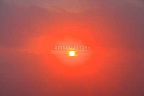 朝霧と朝日の光芒の写真素材 [FYI02467370]