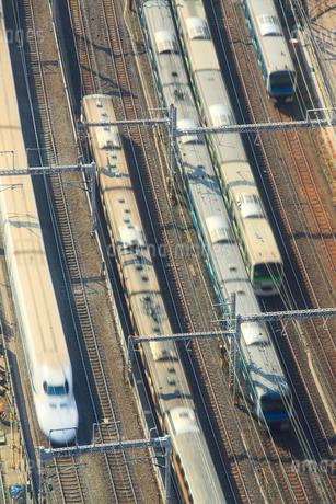 行き交う東海道新幹線と山手線などの電車の写真素材 [FYI02467383]