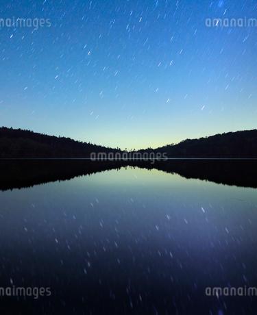 水鏡の白駒池の水面と星空の写真素材 [FYI02468145]