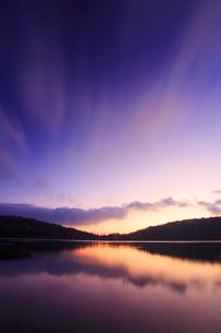 水鏡の白駒池の水面と朝の流れる雲の写真素材 [FYI02468149]
