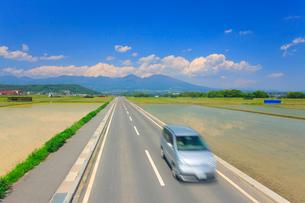 五郎兵衛米の田園と通行する車と浅間山の写真素材 [FYI02468534]