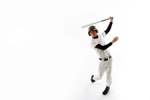 バットを振る野球のユニフォームを着た男性の写真素材 [FYI02468678]