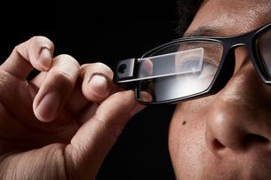 スマートグラスをかけている男性の写真素材 [FYI02468690]