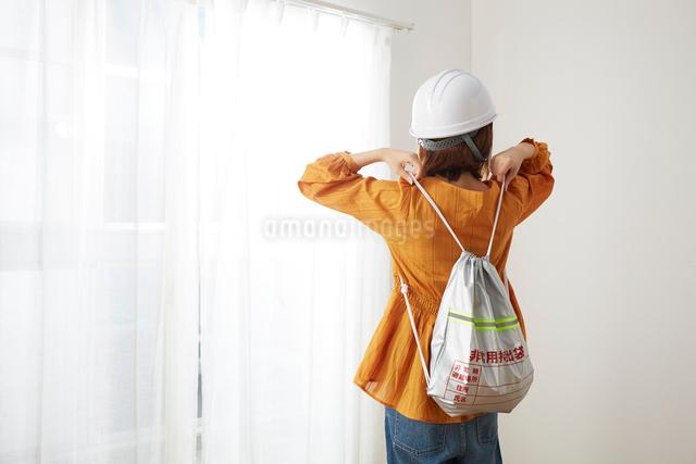 ヘルメットを被り防災リュックを背負う女性の写真素材 [FYI02468706]