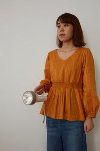 懐中電灯を持つ女性の写真素材 [FYI02468715]