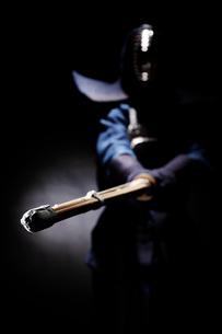 竹刀を振り下ろす道着を着た男性の写真素材 [FYI02468766]
