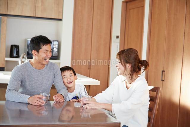 ダイニングでくつろぐ家族の写真素材 [FYI02468767]