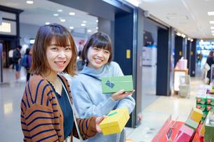 おみやげを選んでいる二人の女性の写真素材 [FYI02468782]