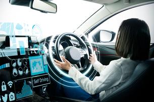 自動運転車に乗る女性の写真素材 [FYI02469060]