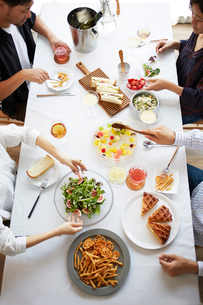 ホームパーティーをする男女グループの写真素材 [FYI02469176]