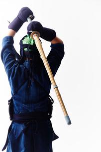 竹刀を振りかざす道着を着た男性の後ろ姿の写真素材 [FYI02469223]