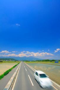 五郎兵衛米の田園と通行する車と浅間山の写真素材 [FYI02469754]