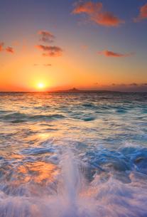 伊江島と夕日と波しぶきの写真素材 [FYI02470242]