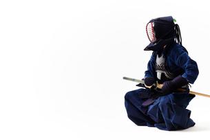 剣道の構えをする道着を着た男性の写真素材 [FYI02470452]