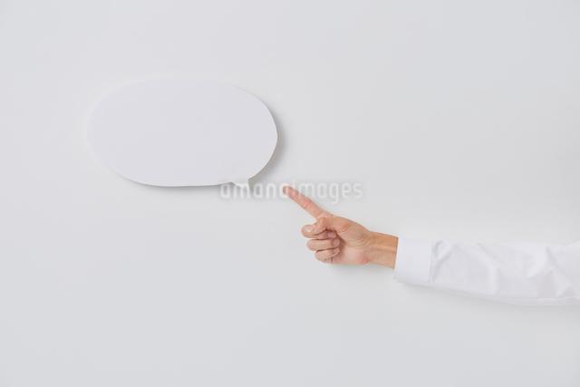 意見を表現した吹き出しと人の手の写真素材 [FYI02470978]