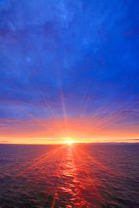 朝日の光芒と海と朝日連峰遠望の写真素材 [FYI02470993]