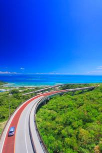 ニライカナイ橋と自動車とコマカ島遠望の写真素材 [FYI02471047]